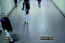 Policisté pátrají po dvou mladících na snímku