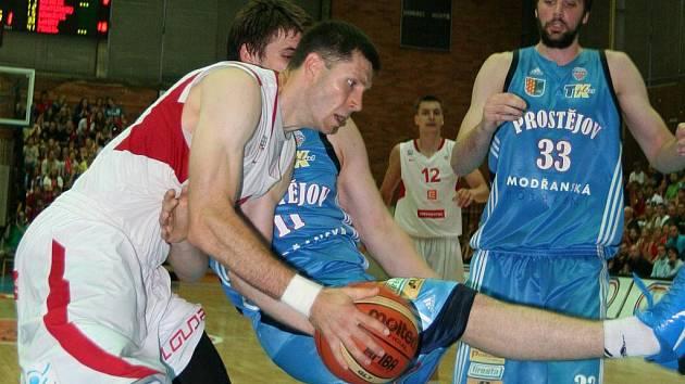 Petr Benda (v bílém) proniká přes dvojici prostějovských bránících hráčů. Nymburk nakonec vyhrál až v prodloužení 86:84