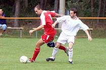 Kotrba z Ostré (v červeném) se podílel na výhře svého týmu dvěma góly.
