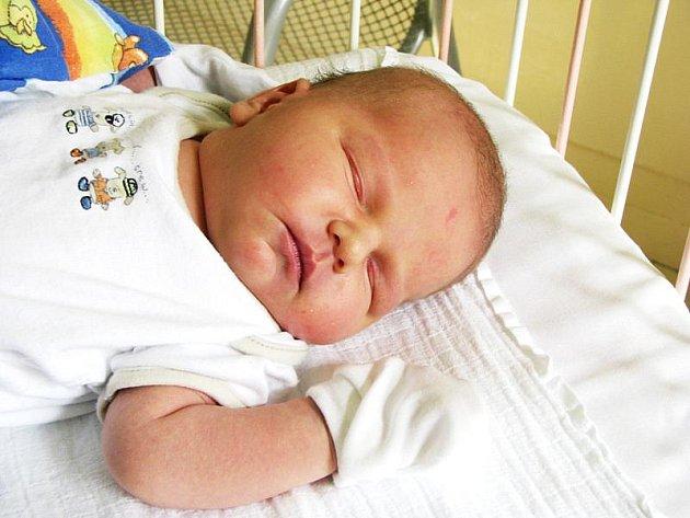 LUKÁŠEK JE NYMBURÁK. Lukášek Meduna se rodičům Michalovi a Janě narodil ve středu 1. září v 9.36 hodin s mírou 50 cm a váhou 4590 g. Doma v Nymburce se na brášku těší sestřička Magdalénka.