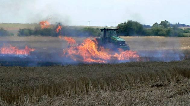 Ani letošní léto se neobešlo bez požáru obilí. Včera po poledni vzplála  pšenice  mezi Záhornicí a Kněžicemi.