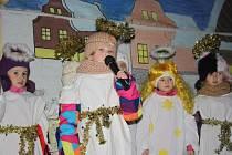 V plenéru a v krásných kulisách sehráli ochotníci ze Mcel a děti ze školky známý biblický výjev.