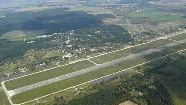 Letecký snímek letiště Boží Dar - ilustrační foto.