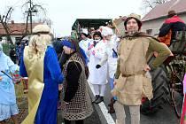 Masopustní průvod s kapelou procházel v sobotu obcí Straky.