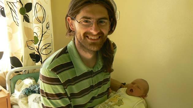 S VINCENTEM SE FOTIL TATÍNEK. Vincent Špinar se narodil mamince Pavle a tátovi Rosťovi 22. května 2012 v 15.32 hodin. Vážil 3 520 g a měřil 49 cm. Doma jsou i s Aničkou v Nymburce.