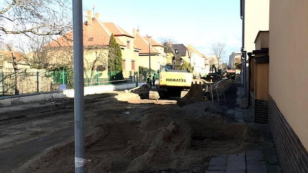 Momentálně se již v ulici 28. října začíná s výstavbu nových chodníků.