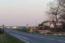 Most na cestě z Nymburka do Zvěřínka, kousek za samotou Na Ladech se začal opravovat na konci března. 2. září byla silnice otevřena.