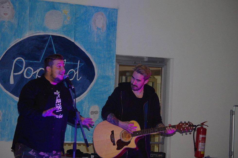 Po vystoupení samotných soutěžících zazpíval s kapelou i Michal Kavalčík.