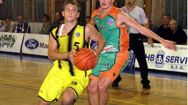 Ondřej Procházka (vlevo) byl jedním ze strůjců výhry Sadské nad Libercem. Jako jediný hráč odehrál celou hrací dobu.