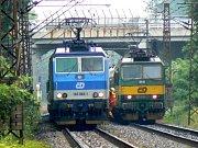 Před vlakem vlevo je zakryté tělo muže, kterého smetla lokomotiva