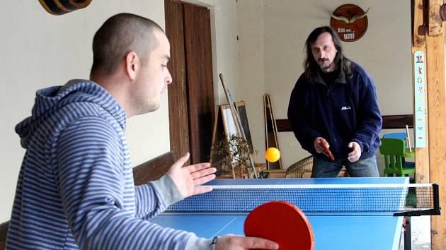 Prší, šipky a ping pong - to byl Zimní trojboj Na Tarase.