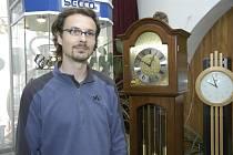 """""""Důležitý je osobní kontakt se zákazníkem"""", řiká hodinář Šimeček."""