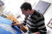 Poděbradský výtvarník Lukáš Kladívko ve svém ateliéru pracuje na cyklu Cesty