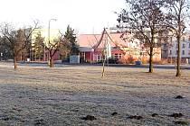 Prostor před Domem dětí a mládeže Symfonie, kde se pohybuje hodně dětí, by se mohl změnit v Relax park.