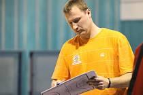 Trenér nymburských basketbalových mladíků Pavel Beneš chystá taktiku na protivníka. Týmu U19 se to vyplácí
