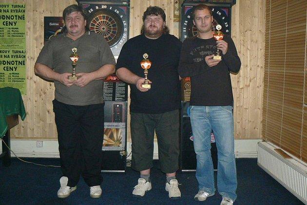 Vítězové šipkového turnaje. Zleva: František Koucký (3. místo), Martin Koucký (1. místo) a Martin Kořínek (2. místo)
