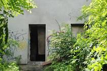 I v této rozestavěné budově přebývají slovenští bezdomovci