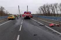Ke smrtelné nehodě došlo ve čtvrtek ráno na obchvatu Nymburka. Na mostu přes Labe u obce Chvalovice se čelně srazil osobní vůz s nákladním. Řidič v osobním voze na místě zemřel.