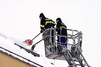 Hasiči odklízeli sníh v nemocnici