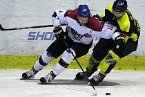Jsou v laufu. Hokejisté Nymburka (v bílém) porazili doma Kobru Praha po prodloužení (5:4). Byla to jejich sedmá výhra v řadě.