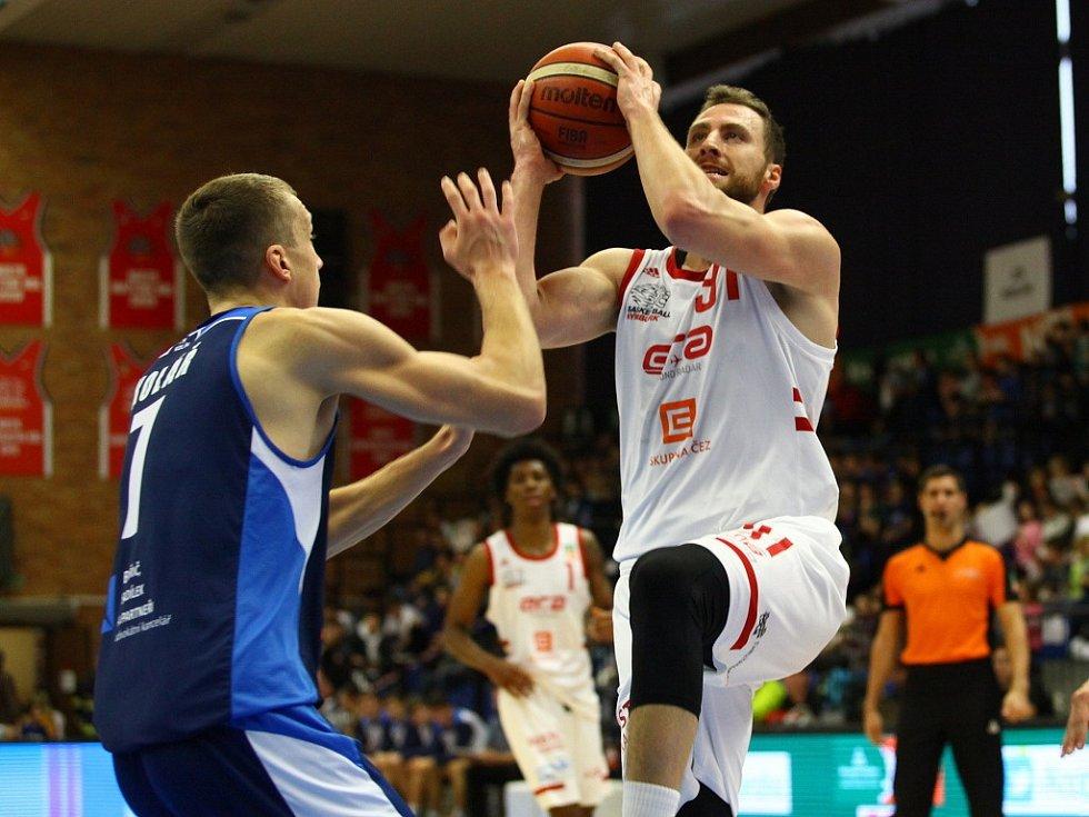 Basketbalisté Nymburka (v bílém) ve 14. kole Kooperativa NBL přehráli Kolín 114:7.