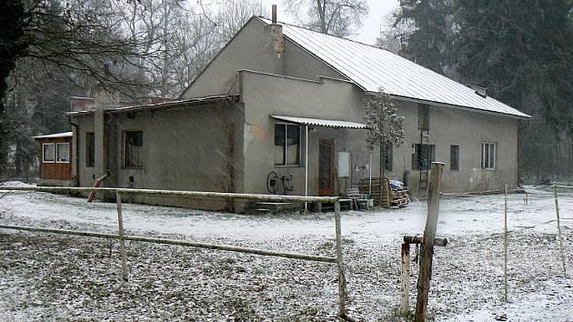 Chátrající budova vedle poděbradské Jízdárny