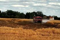 Kvůli závadě na izolátoru vysokého napětí chytlo pole u Šlotavy.