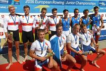 JAN ZAVADIL (vlevo dole) ze Semic se stal veslařským  juniorským mistrem Evropy