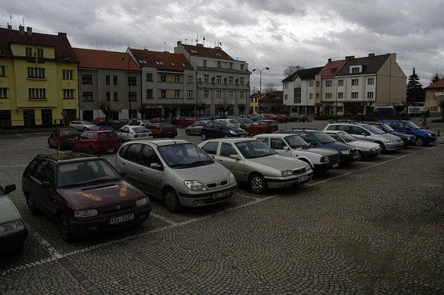 Situace v Lysé nad Labem se přiostřuje. Kvůli placenému parkování, které chce zavést radnice. Co prosadí opozice?