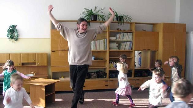 Petr Pištěk je jeden zmála učitelů v mateřské škole v republice. Děti z loučeňské školy ho mají moc rády.