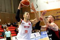 Petr Benda (v bílém), zkušený nymburský basketbalista