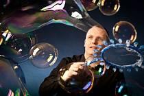 Bublinář profesionál Matěj Kodeš vyrábí z bublin neuvěřitelné objekty