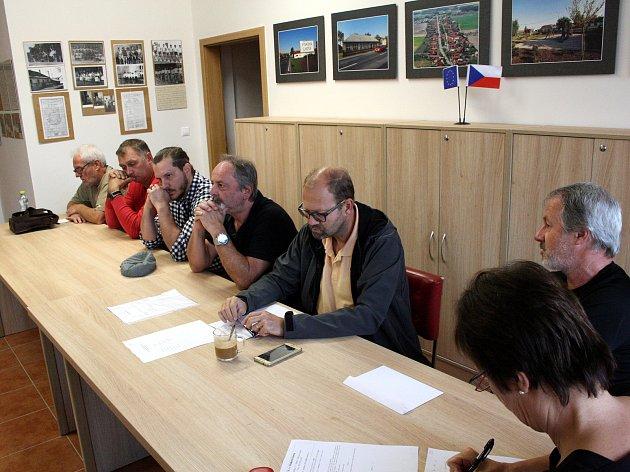 Jednání zastupitelů Pískové Lhoty v úterý ráno. Exstarosta Radovan Staněk ve žlutém triku a brýlích.