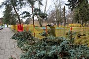 V Lysé poškodil strom část plotu u školky na sídlišti.
