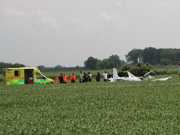 Ultralight, který se zřítil při Leteckém dnu v Nymburce.