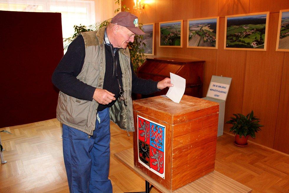 V Rožďalovicích byl o volby velký zájem, během prvních 40 minut po otevření volební místnosti dorazilo 70 voličů. Raritou je dřevěná urna, která byla podle jednoho ze zkušenějších členů volební komise vyrobena pro první svobodné volby po roce 1989.  Foto: