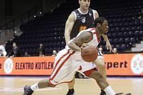 JE KONEC. Naděje nymburských basketbalistů (hrají ve světlém) na postup do další fáze Eurocupu definitivně zhasla.