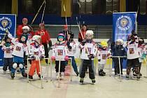 ČTRNÁCT DĚTÍ využilo v Nymburce možnost vyzkoušet si, jaké to je být hokejistou.