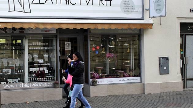 Ke krádeži šperků došlo ve zlatnictví v Husově ulici téměř naproti poděbradské radnici.