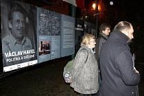 Výstava o Václavu Havlovi na náměstí a následná diskuze v kavaárně