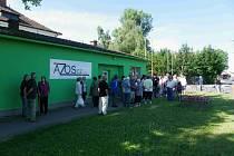 Nespokojení obyvatelé Nymburka před vrátnicí firmy AZOS.