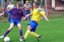 Fotbalisté Loučeně (vlevo) se pokusí vyhrát v okresním derby I.B třídy na trávníku Kounic.