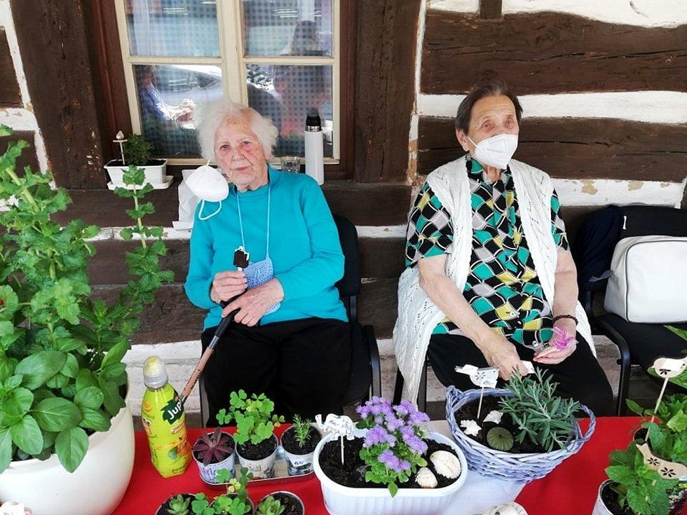 Z prodejní výstavy prací zručných seniorů z rožďalovického domova.