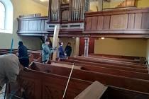 V těchto dnech probíhá úklid interiéru kostela.