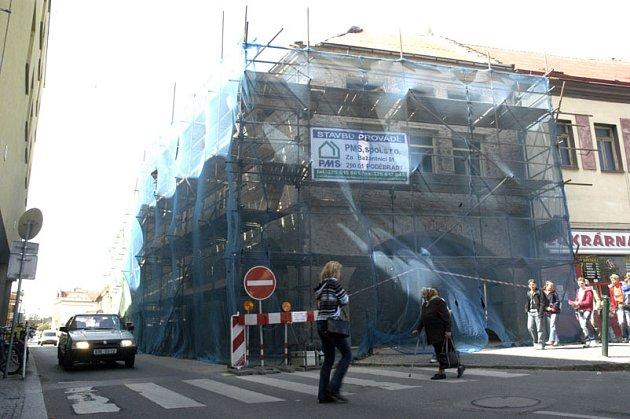 Opravy domu na náměstí jsou v plném proudu.