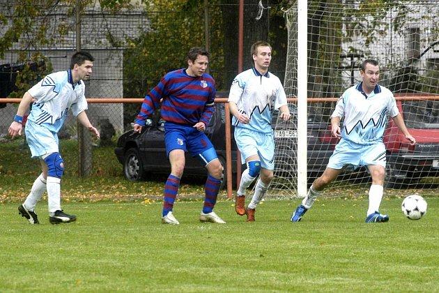 Jíkevský Petr Březina (druhý zparav) si nějaký čas od fotbalu odpočine