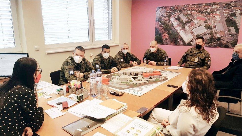 Do nemocnice dorazilo dalších pět vojáků na výpomoc.
