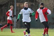 Fotbalisté Milovic (v bílém) nastříleli Velimi čtyři góly. Přesto nakonec prohráli o dvě branky.