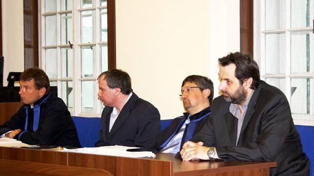 Vpravo hlavní organizátor přepadení domu Eduard H., vedle obhájce Libor Fiedler a druhý obviněný Tomáš H.