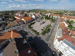 Husovo náměstí v Lysé nad Labem na snímku z dronu.